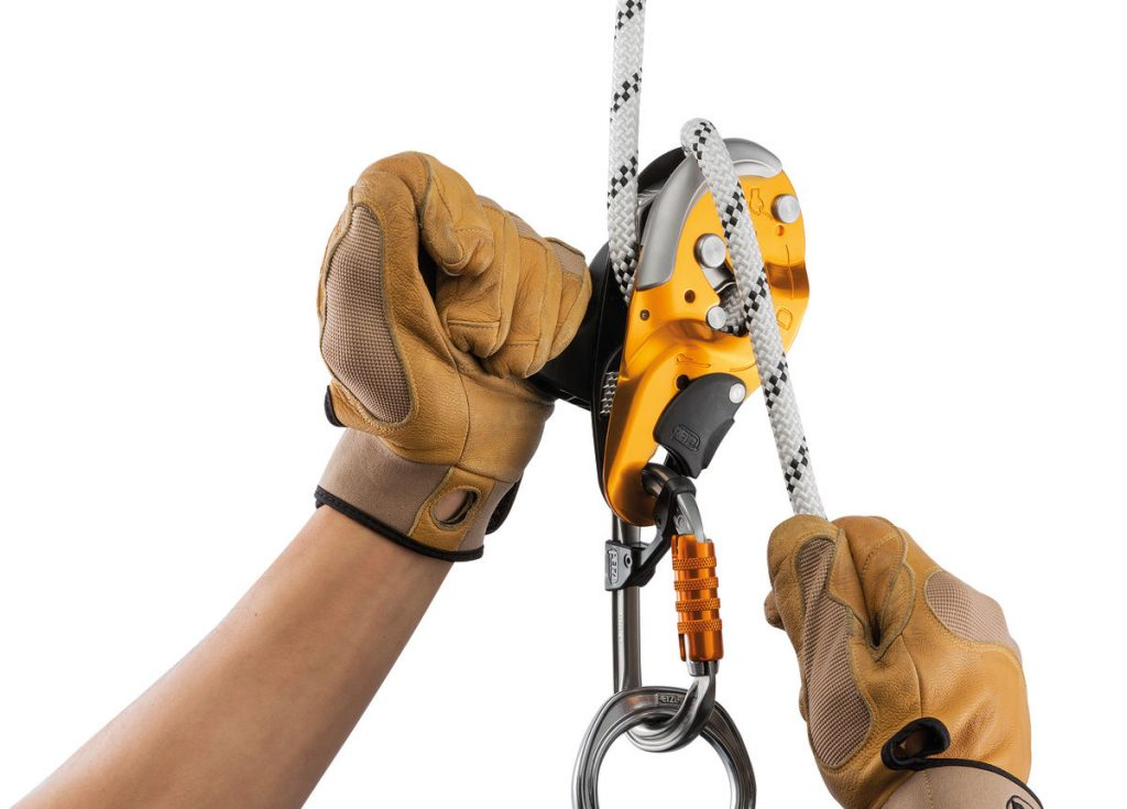 The ergonomic handle allows unlocking the rope and comfortably controlling the descent.